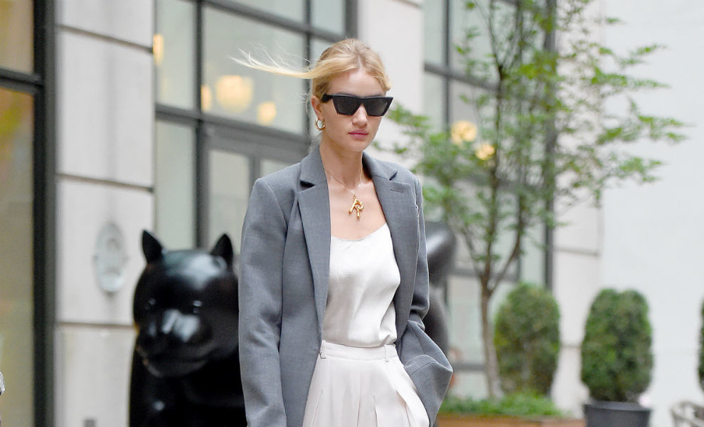 Rosie Huntington o cómo triunfar con un impecable look 'working girl'